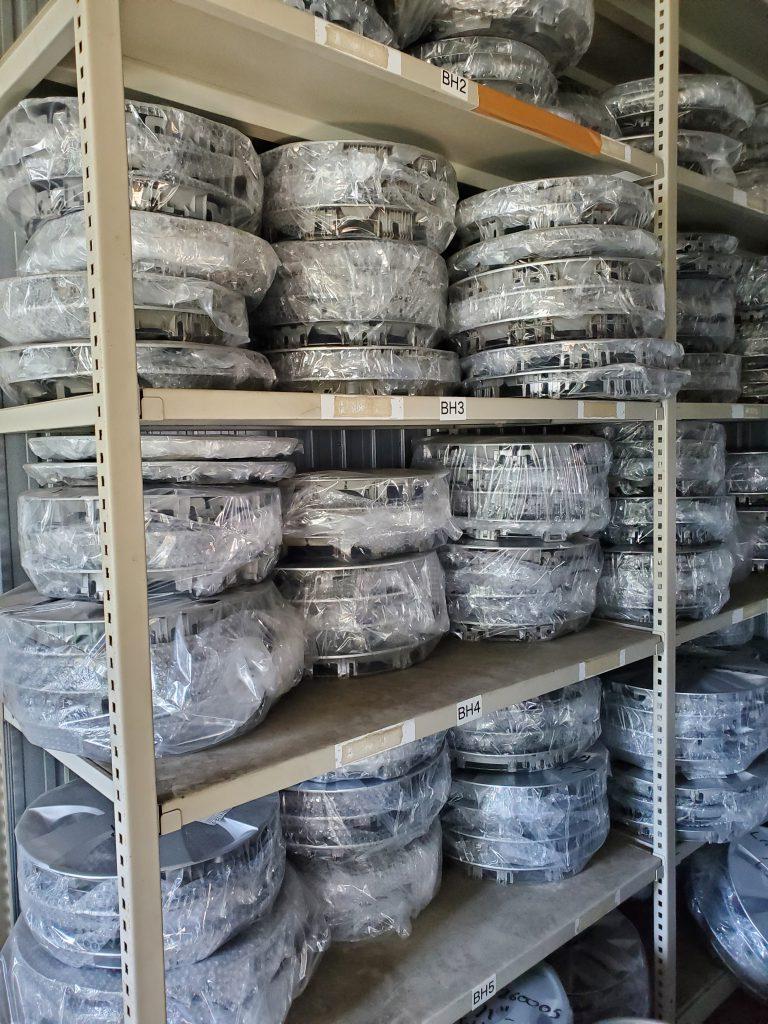 自社倉庫には、たくさんのホイールキャップ在庫ございます!