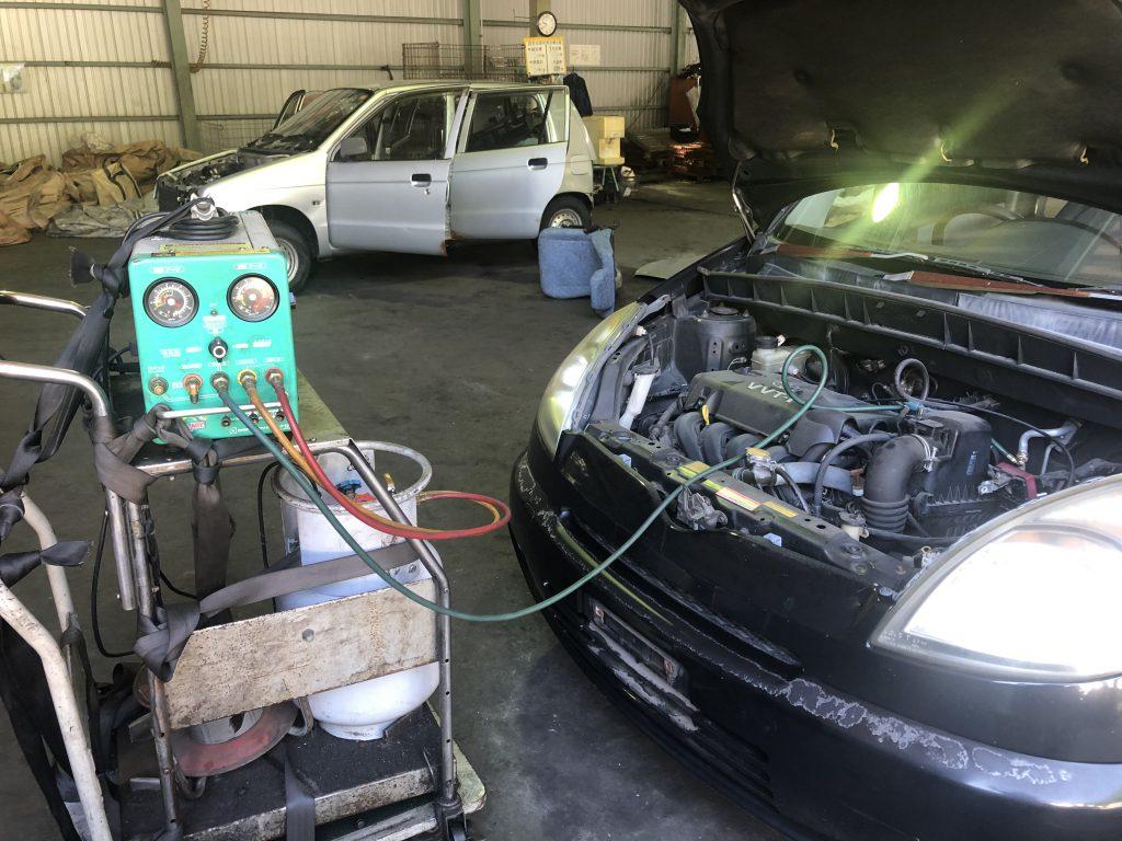自動車リサイクル作業中です