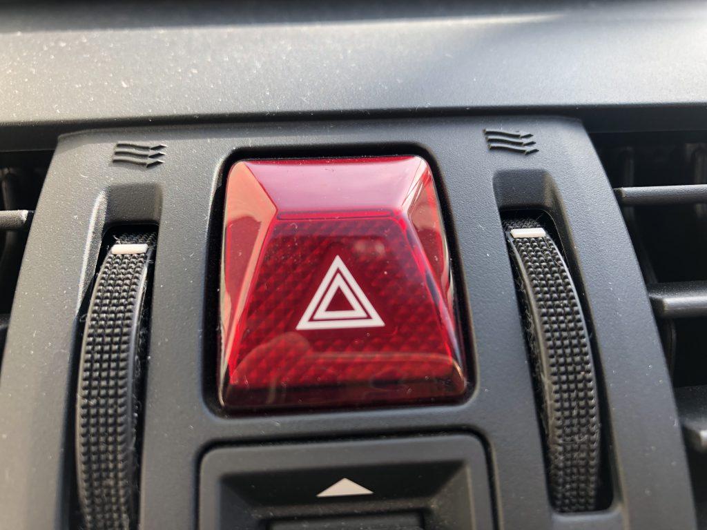 ハザードランプのボタン、最近は見やすい位置にある車種が増えた
