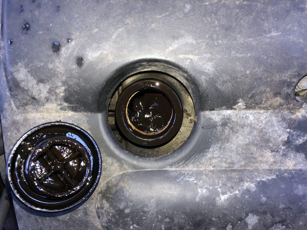 スラッジ(汚れ)まみれのエンジンオイルキャップ
