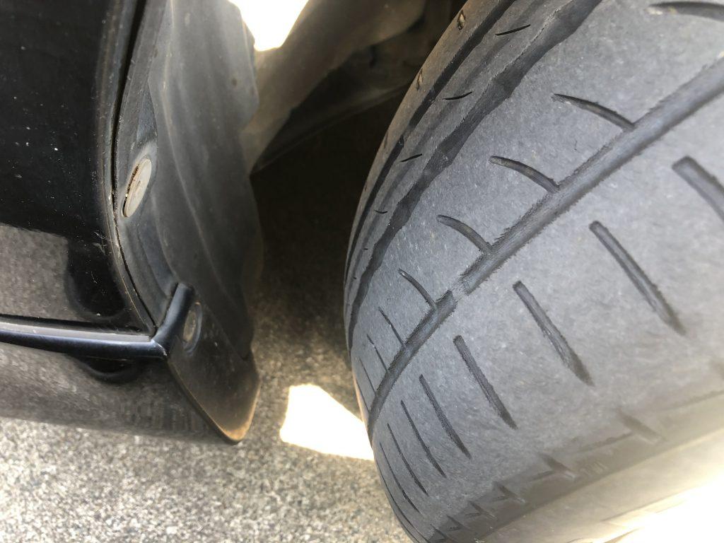 タイヤのスリップサインが出ているフロントタイヤ