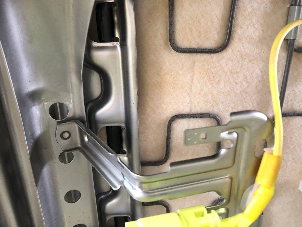 シートの裏側には、塗装されていない金属部品がある(本画像は正常な部品)