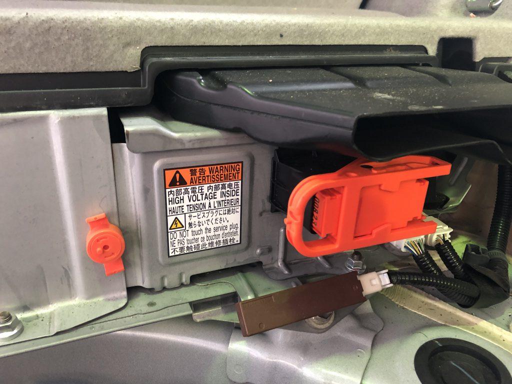 ハイブリッドバッテリーには、高電圧であることが記載されている