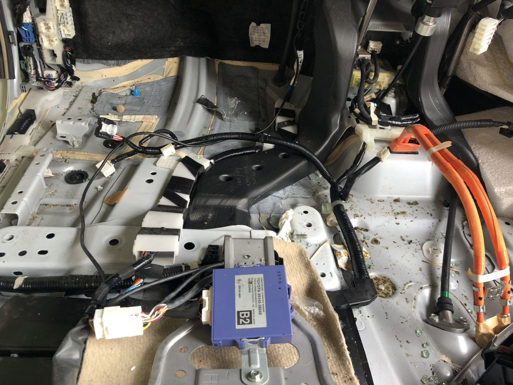 フロアーカーペット下には配線やECUが配置されている