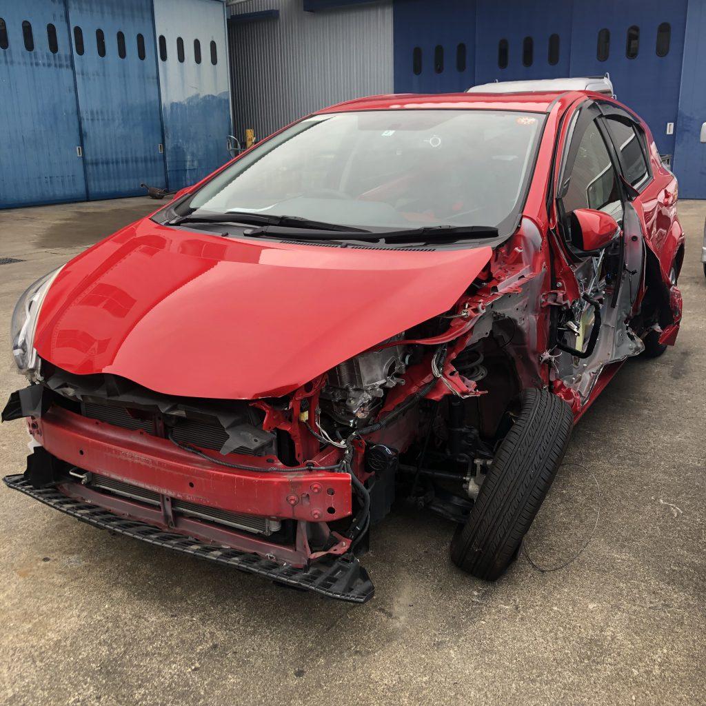 足回り損傷で、全損になった事故車(トヨタ:アクア NHP10)