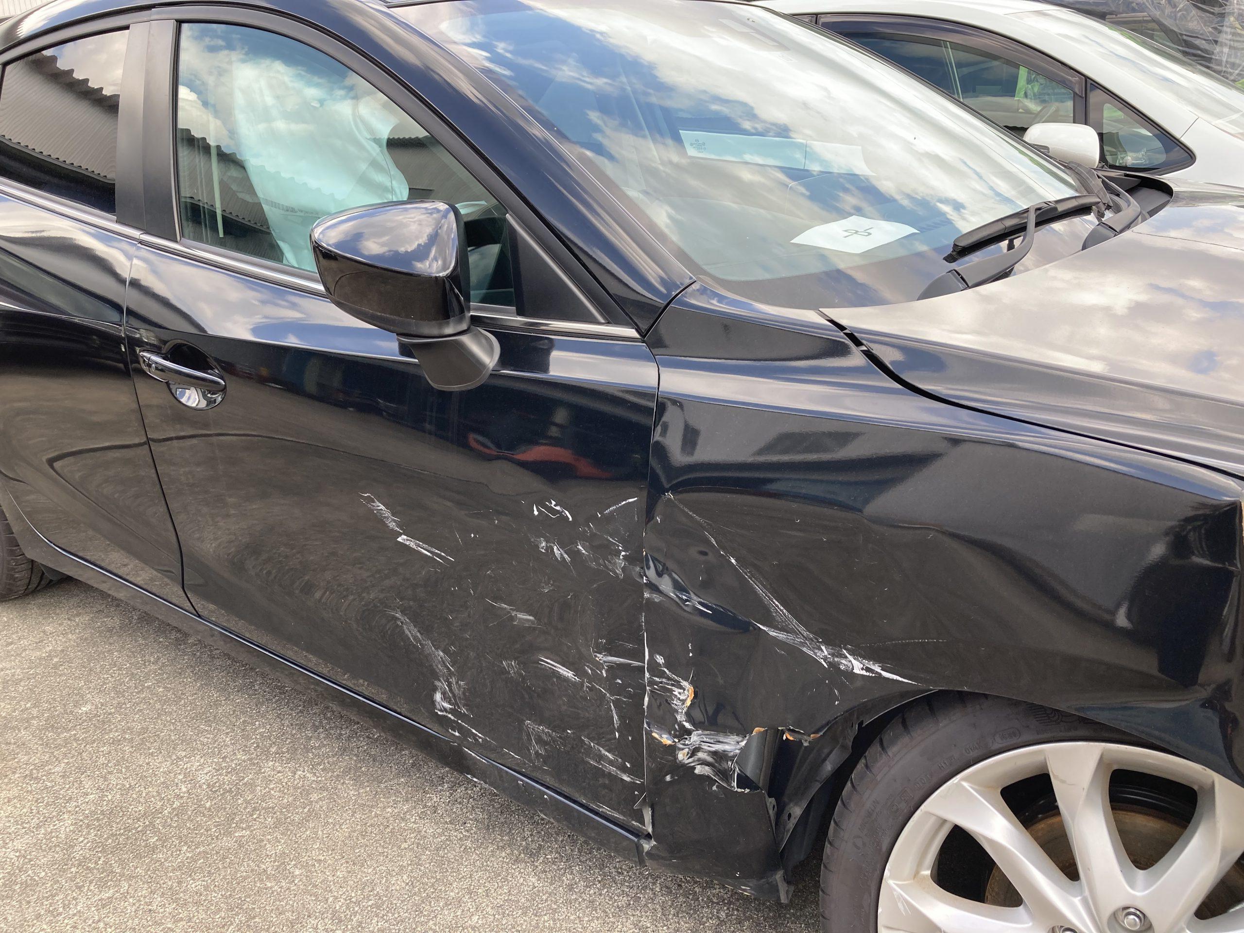 事故で損傷し、一部のエアバックが作動した状態