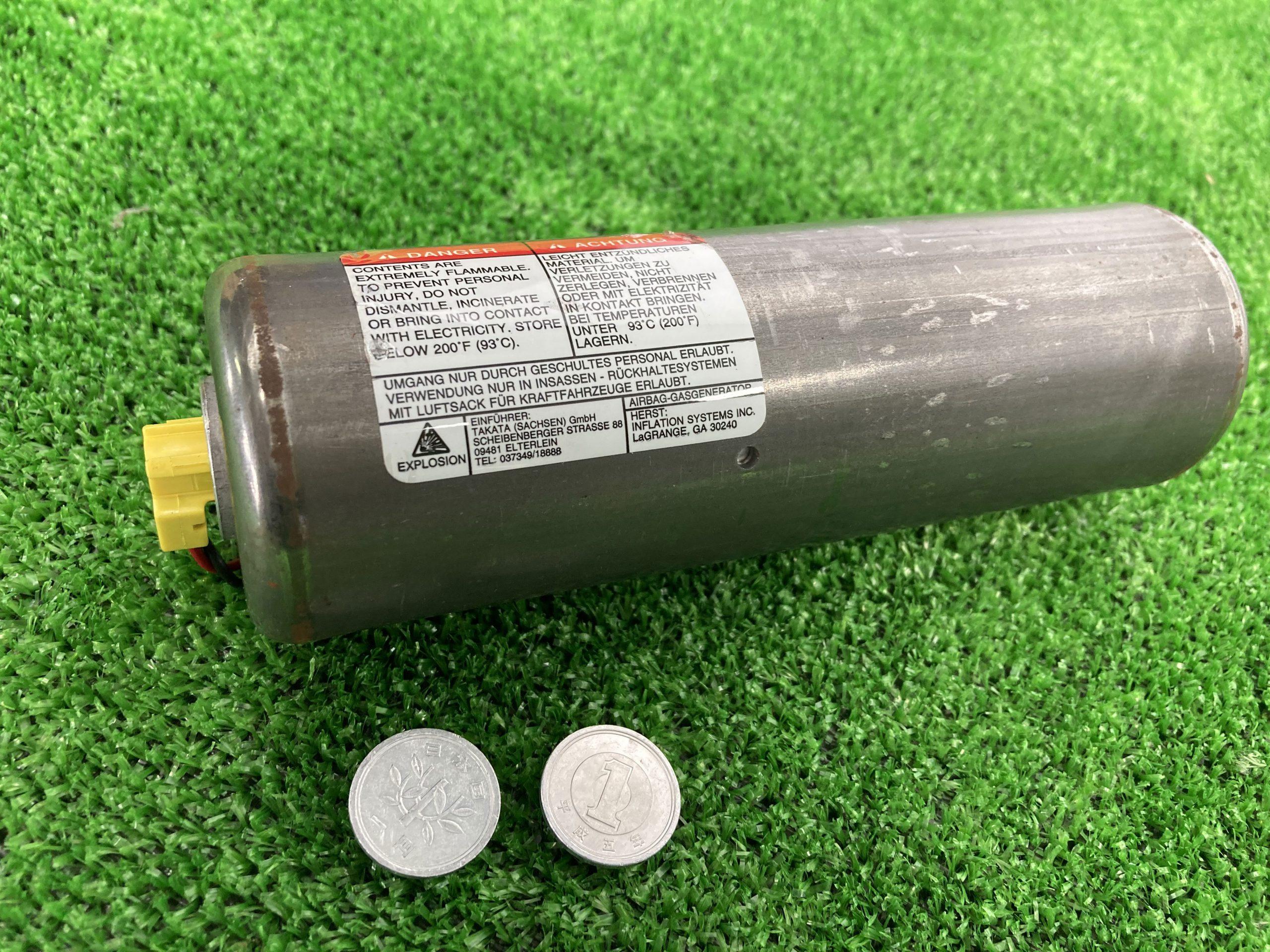 エアバックインフレーター(助手席用、約16cmの円筒状)