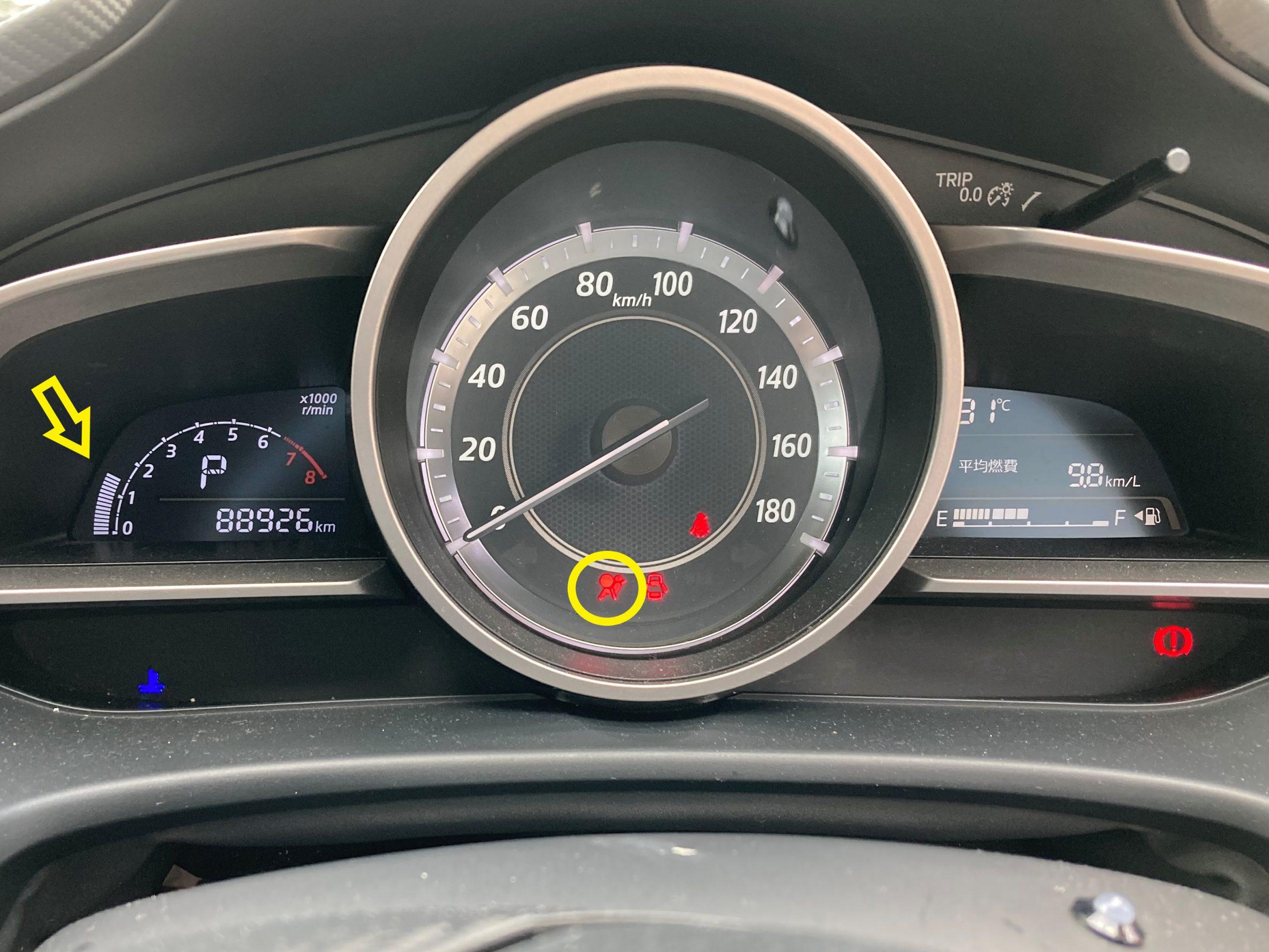 エンジン始動した状態でエアバック警告灯が点灯している(黄色の丸印部分)