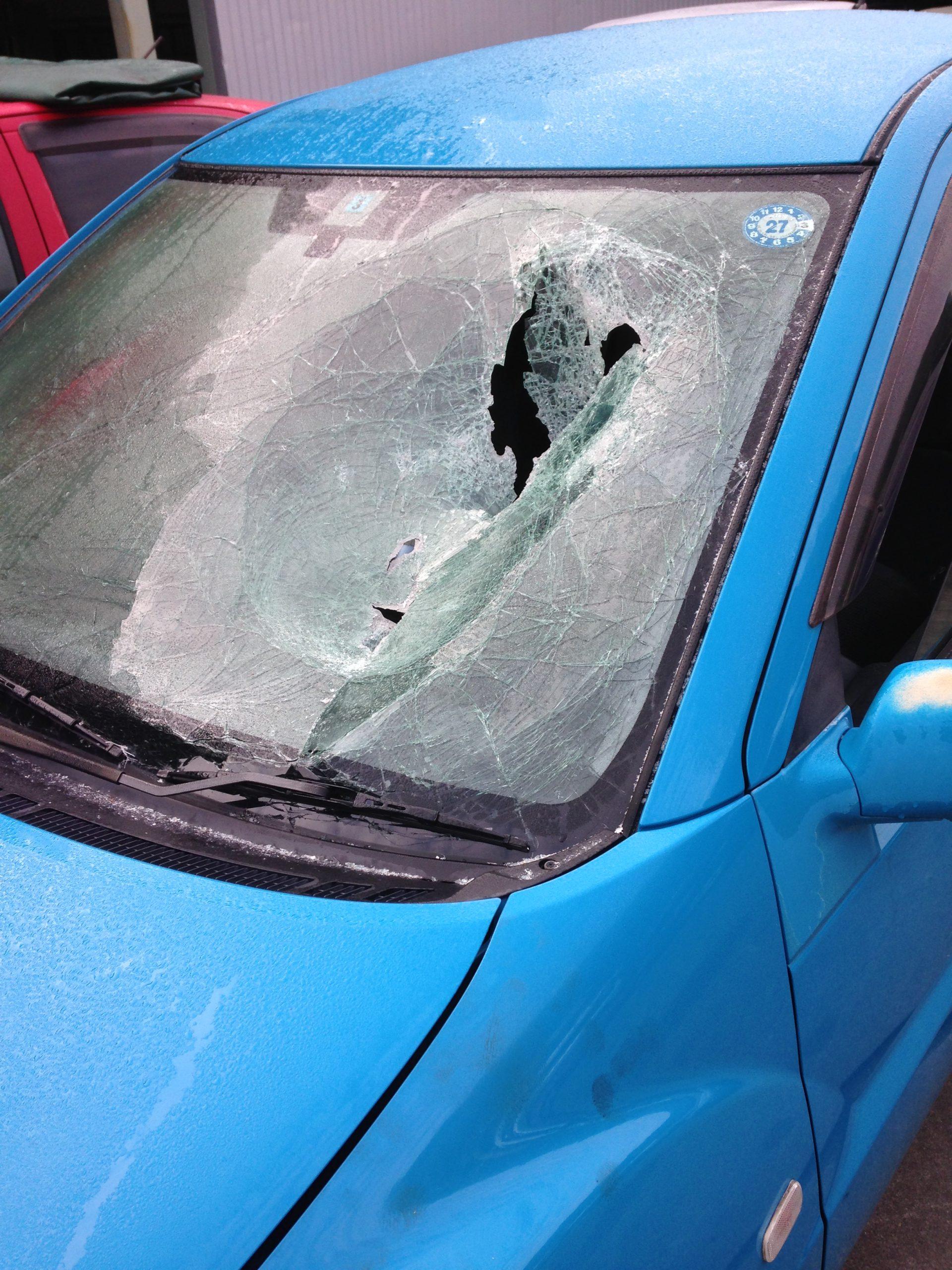 暴発したインフレーターが飛び出して大破したフロントガラス
