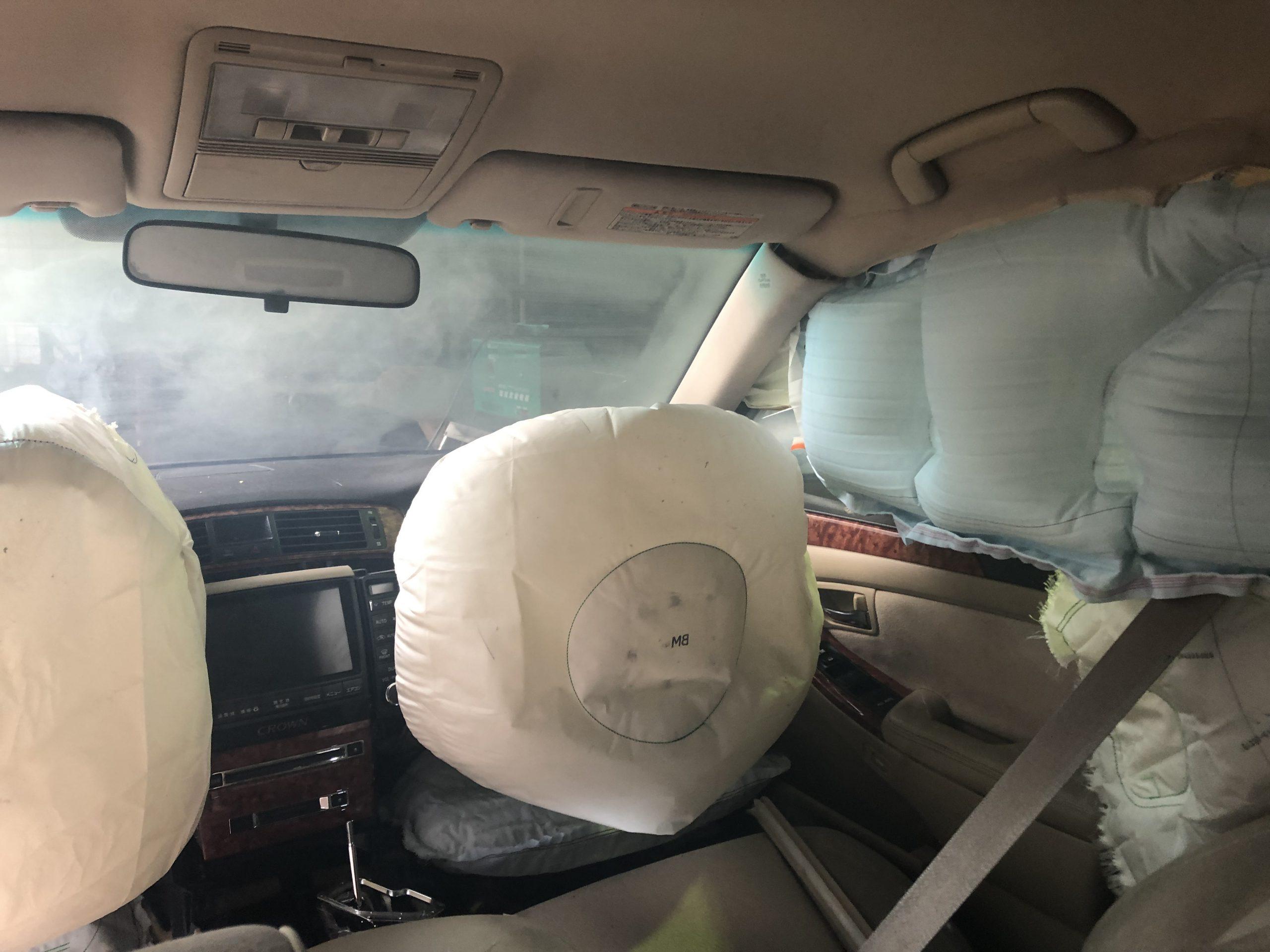 エアバック作動直後の様子、煙が車内に充満しているのが分かる