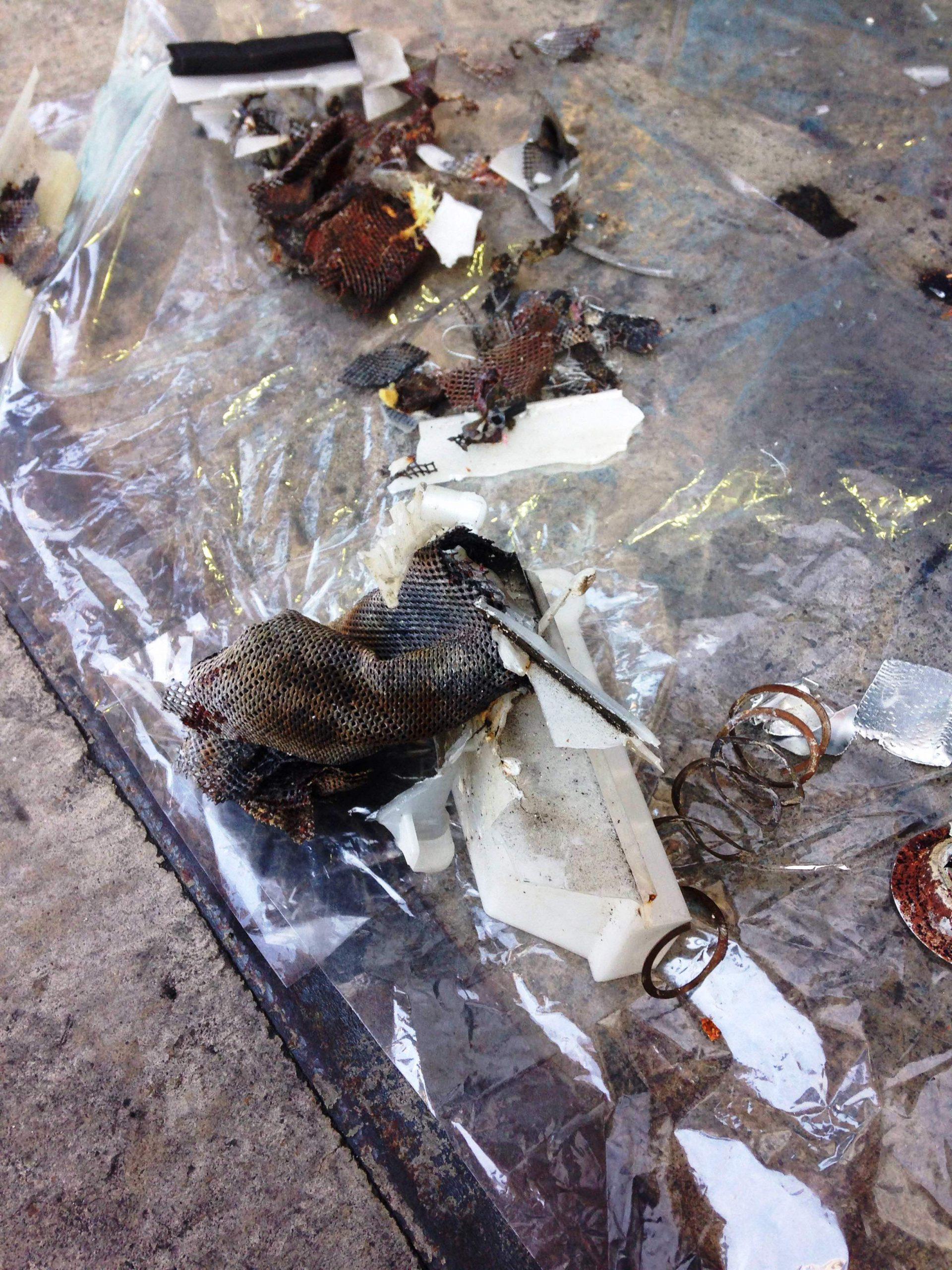 暴発したインフレーターの内部部品に欠品が無いかを丹念に確認しました