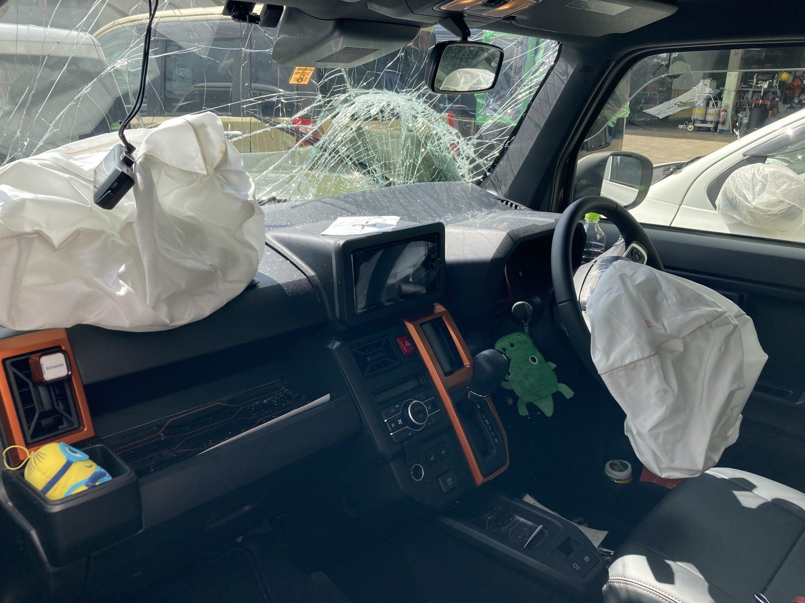 運転席も助手席もエアバックが開いてしまった軽自動車