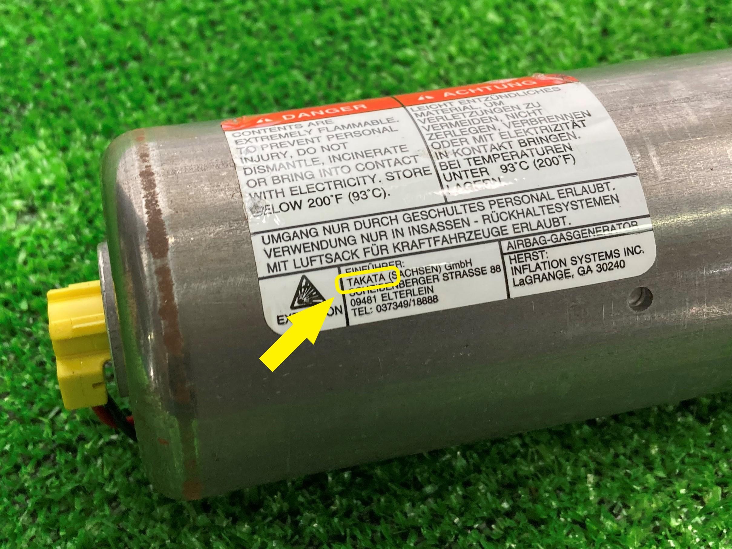 リコール対象インフレーターには「TAKATA」の社名が確認できる(黄色い枠部分)