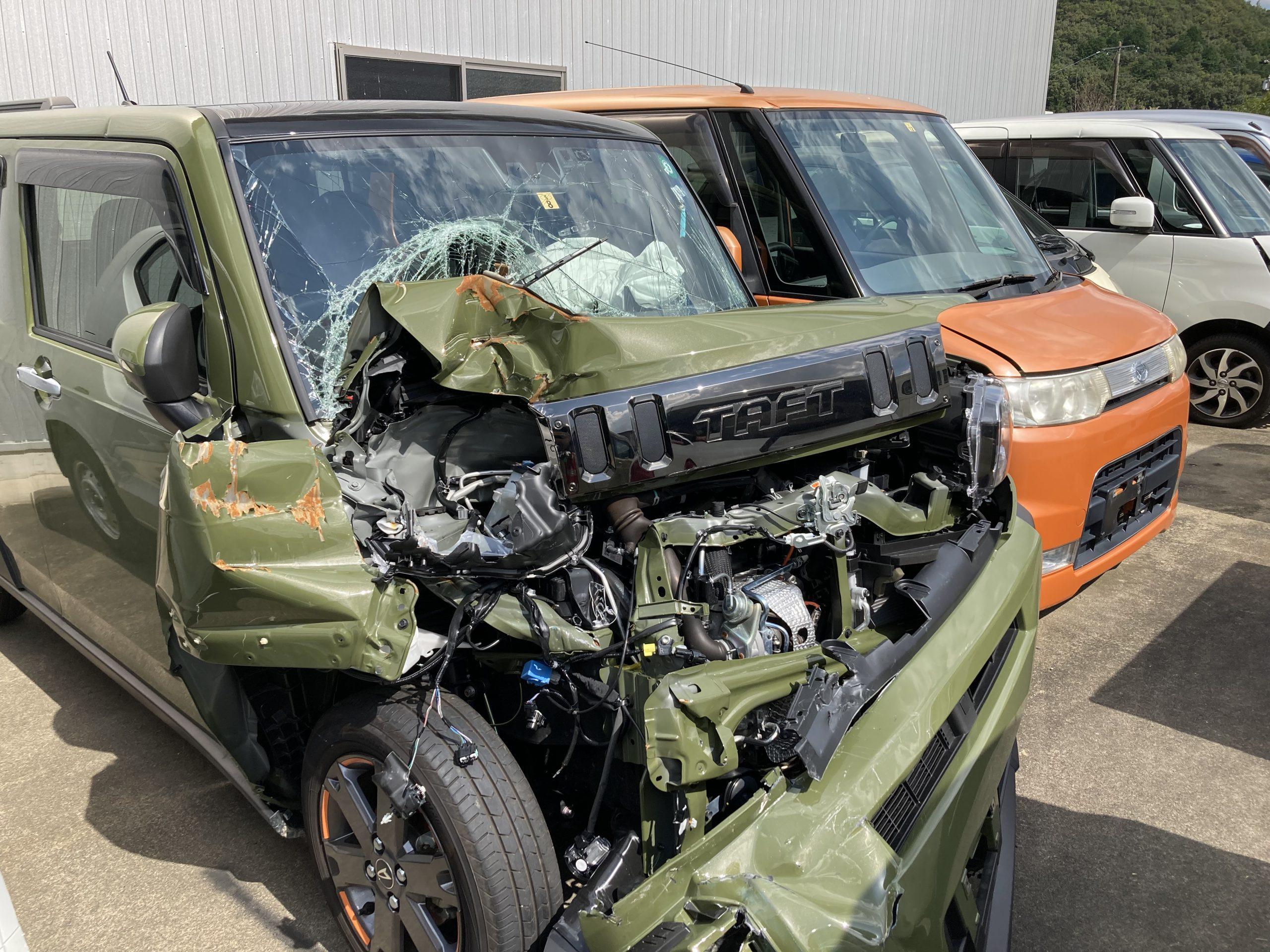 フレームまでは損傷しているフロント大破の軽自動車